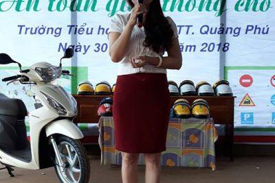 Honda Việt Nam tặng mũ bảo hiểm cho học sinh lớp 1- trường TH Lê Lợi- huyện Cư Mgar.
