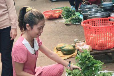 CĐCS trường TH Lê Lợi- Tẩy chay túi nilon, chị em xách làn đi chợ.